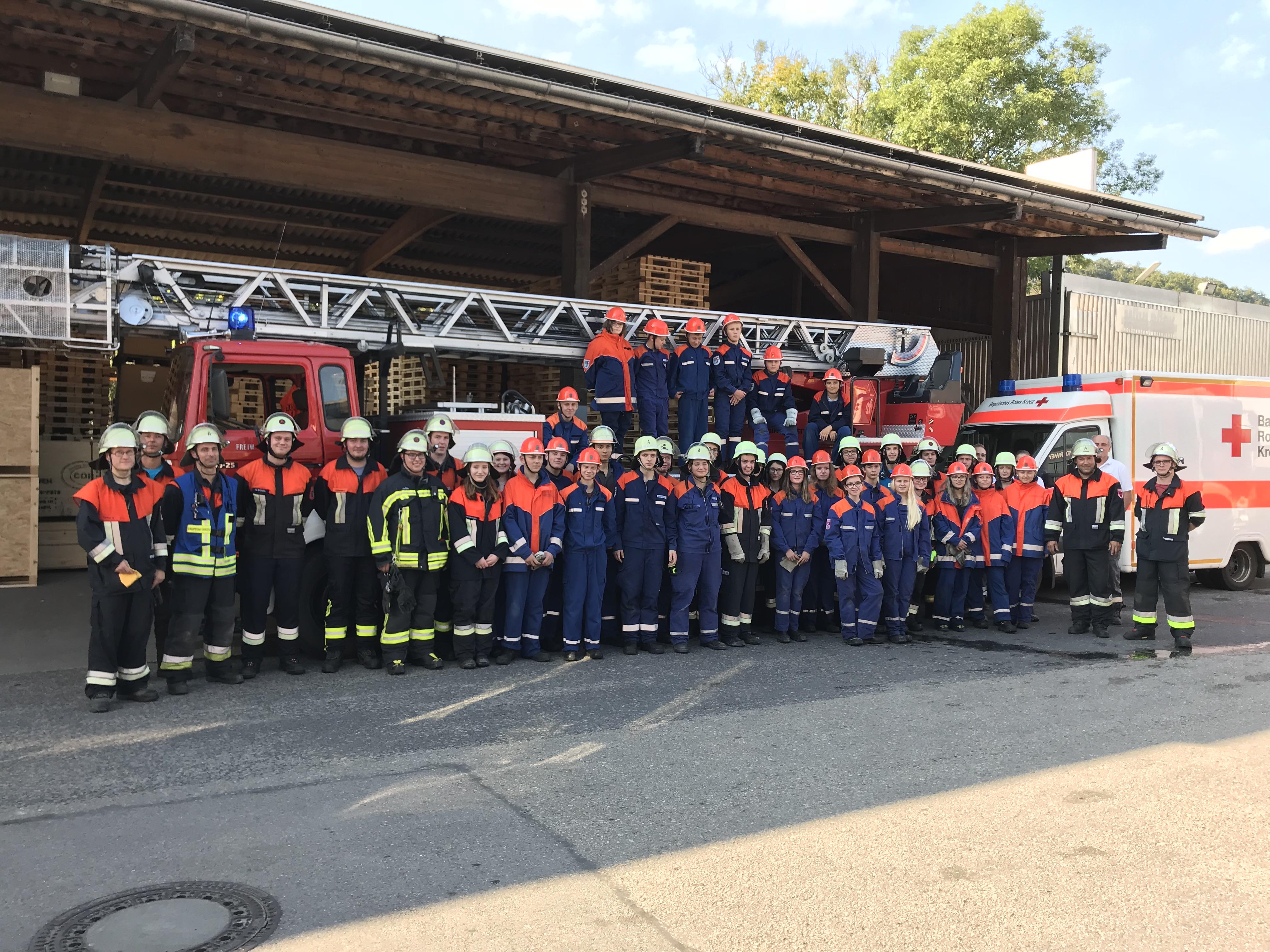 Feuerwehren üben Zwischen Kisten Und Paletten